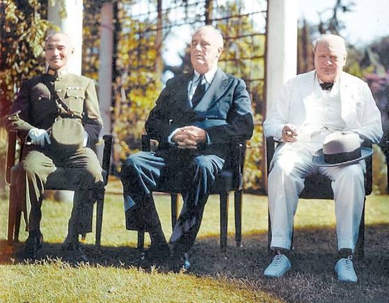 한국의 독립을 최초로 확증한 국제문서인 '카이로선언'(1943.11.27)은 대한제국 멸망 이후 41년간 지속된 항일 독립전쟁의 역사를 증언한다. 수많은 피식민지 국가들 가운데 한국(Korea)만 두 번씩이나 거명하며 '자유와 독립'을 확정했다. 카이로선언을 주도한 세 나라의 영수. 왼쪽부터 중국 장개석 총통, 미국 프랭클린 루스벨트 대통령, 영국 윈스턴 처칠 총리.
