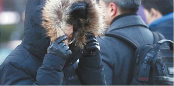 추운 겨울이다. 한사(寒邪)가 침입해 몸이 차가워지면 감기, 관절통, 사지 냉증을 조심해야 한다. [중앙포토]