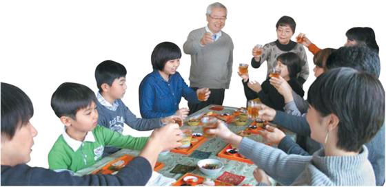 새해 첫날 아침에 오세치를 나눠 먹으며 건배하는 와타나베씨 가족.