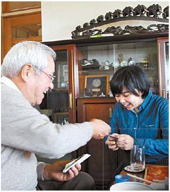 손녀에게 '오토시타마'(세뱃돈)를 건네는 와타나베 고문.