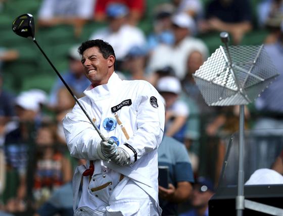 PGA 투어의 대표적 장타자인 로이 매킬로이가 지난해 8월 미국 노스캐롤라이나주 샬럿 퀘일할로우 골프클럽에서 드라이브샷을 하고 있다. [중앙포토]