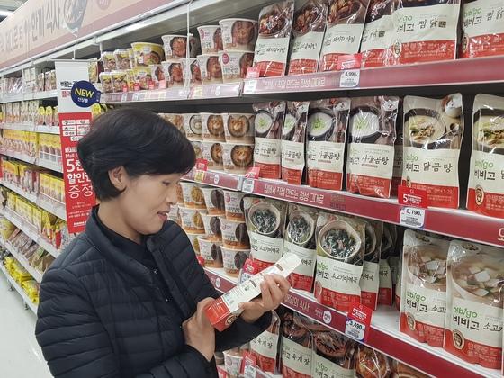 서울 동대문구의 대형마트에서 한 여성이 간편가정식(HMR) 제품을 살펴보고 있다. 최근 자녀를 둔 가정의 HMR 소비가 크게 늘고 있다. 올해 HMR 시장 규모는 4조원 대에 육박할 것이란 전망이다. [이수기 기자]