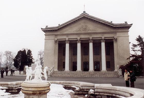 1946년 소련 스탈린의 영향으로 고전주의 양식으로 지어진 모란봉극장.