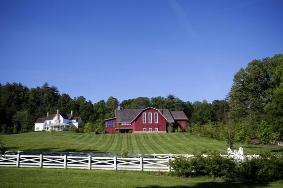 미국 최고의 힐링 리조트 '블랙베리 팜'을 상징하는 풍경. 중앙의 붉은색 목조 건물이 메인 레스토랑 건물 '더 반'이다. 펜실베니아 스타일의 붉은색 목재 헛간을 개조했다. [사진 beall + thomas photography]