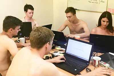 사무실서 알몸으로 일하는 남녀 직장인들 '무슨일?'