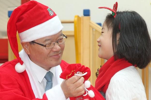 국회의장 산타할아버지의 크리스마스 선물 [사진=뉴시스]