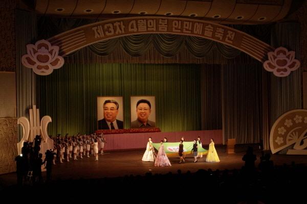 [사진] 하이힐 신은 북한 여군들