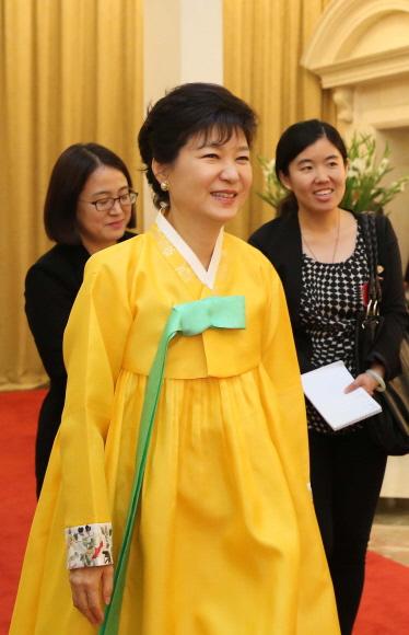 박 대통령 만찬 때 '노란 한복' 사진 공개금지, 왜?