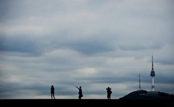 [김경록 기자의 작은 사진전] 구름 낮게 드리운 날 남산타워