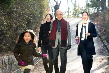 하버드 졸업한 두 딸, 의롭게 살아라 아버지 뜻 이어 안정된 삶 박차고 NGO행