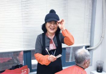 [江南通新이 담은 사람들] 20년째 노인 미용 봉사하는 김정순씨
