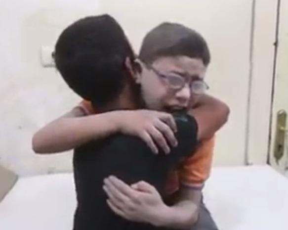 전쟁으로 형제 잃은 두 소년, 서로 부둥켜안고 '오열'