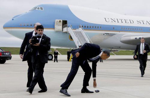 2011년 5월 오바마 미 대통령이 활주로 이동중 떨어진 휴대폰을 줍고 있다. 미 대통령의 휴대폰은 백악관 통신서비스인 Defense Information Systems Agency 기능이 적용되는 것으로 알려졌다. [사진 AP]