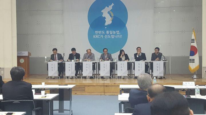 2016 남북농업심포지엄 참가자들이 김영수 서강대 교수의 사회로 종합토론을 하고 있다. [사진 정영교]