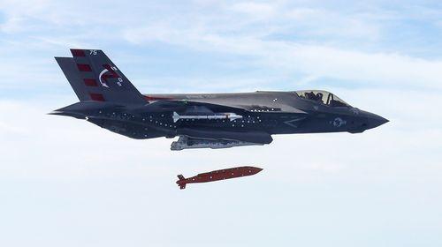 한국이 차기전투기로 도입할 예정인 F-35 전폭기가 JSOW 투하 실험을 하고 있다. [사진 록히드마틴]