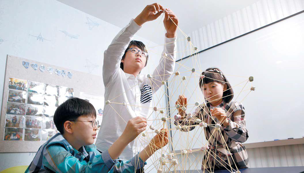 초등학생들이 와이즈만 영재교육 과학 프로그램인 'Askwhy' 수업에서 탑을 쌓으며 '힘의 분산'에 대해 공부하고 있다. [사진 와이즈만]