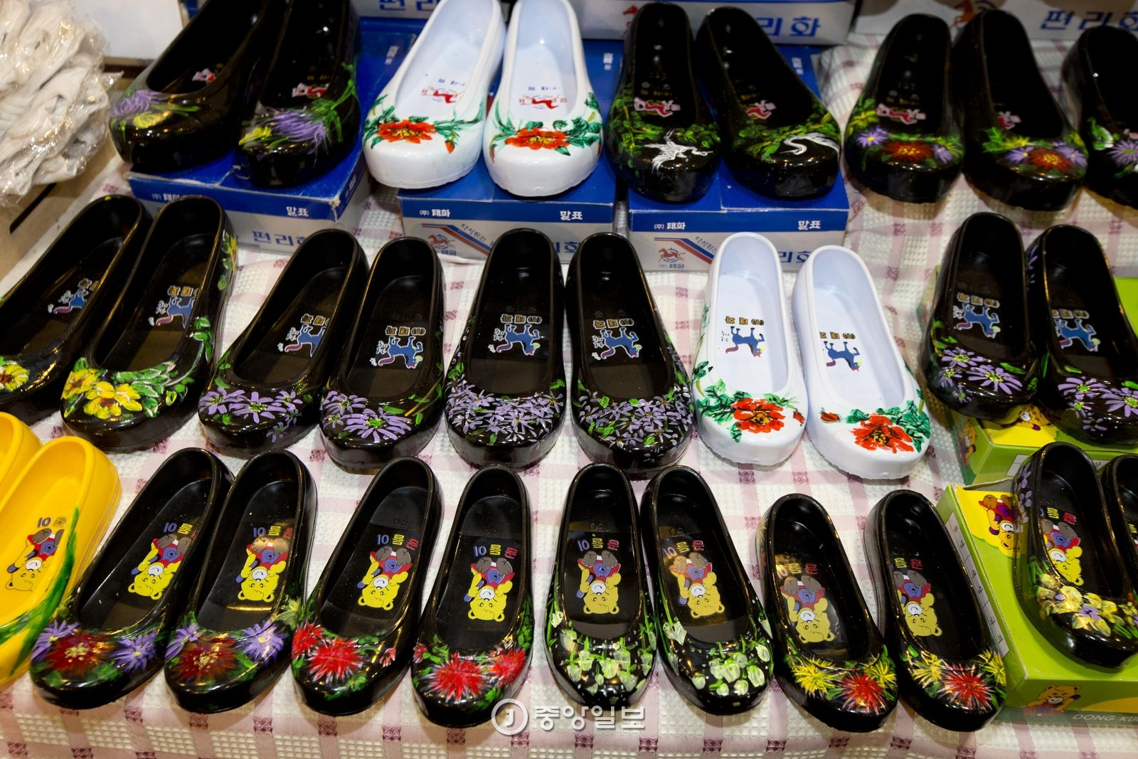 대인시장에서 파는 꽃무늬 고무신.