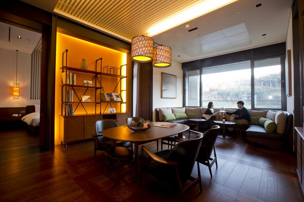 아난티 펜트하우스 서울 객실은 유형마다 뚜렷한 개성을 엿볼 수 있다. 한 객실에 침실과 화장실을 두 개씩 갖춘 테라스 하우스.