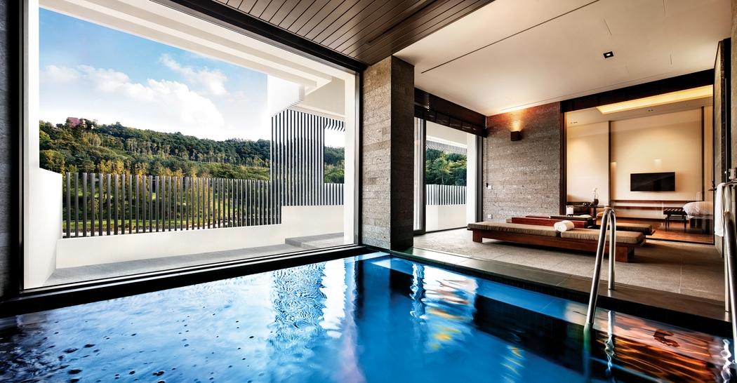 아난티 펜트하우스 서울 객실은 유형마다 뚜렷한 개성을 엿볼 수 있다. 개인 수영장이 딸린 풀 하우스.