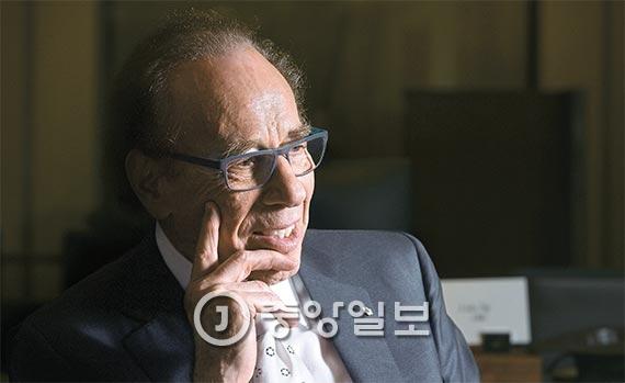 """'포시즌스 호텔 앤드 리조트'''''''''''''''' 창립자 이사도어 샤프 회장이 20년 만에 서울을 찾았다. 그는 """"포시즌스는 아무나 오는 호텔이 아니다""""는 원칙 아래 VIP 고객을 위한 서비스 개발에 집중했다. [사진 김경록 기자]"""