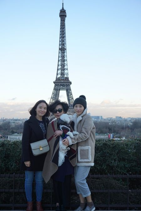 지난해 2월 반려견 `꼬깜이`와 함께 프랑스 파리를 찾은 송하린(31)씨 가족. 송씨는  지금까지 다녀온 모든 여행 중 꼬깜이와 함께 한 여행이 가장 행복했다 고 말했다.