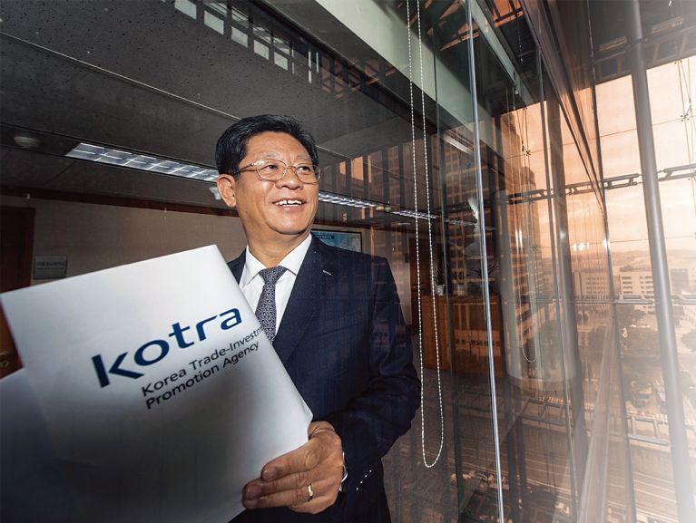 KOTRA는 해외에서 답을 찾아야 하는 기관이다. 김재홍 사장은 한 해의 3분의 1을 해외 출장길에 올랐다. 수출 절벽을 타개할 야전사령관이기 때문이다.