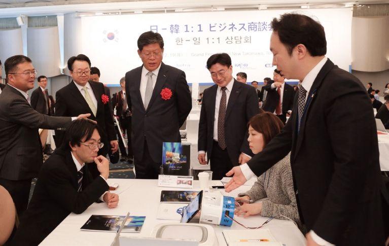 KOTRA는 12월19일 일본 도쿄 그랜드프린스호텔에서 '한일 1:1 상담회'를 개최했다. 김재홍 사장(왼쪽에서 네번째) 등 주요 인사들이 상담회장을 둘러보고 있다. [사진 KOTRA 제공]