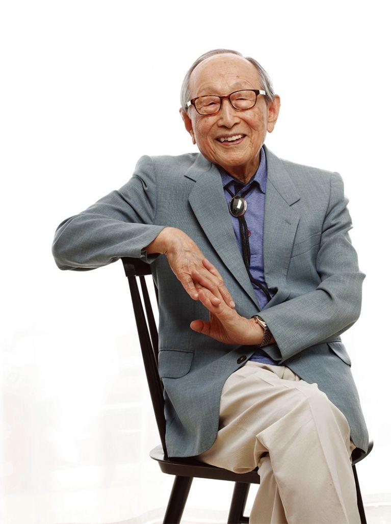 철학자 김형석은 98세의 노년을 '젊게' 살고 있는 사람이다. 돈 없고 지위도 없지만 가치있는 삶을 살아온 사람, 힘 빼고 살아도 행복한 철학자다. [덴스토리 출판사 제공]