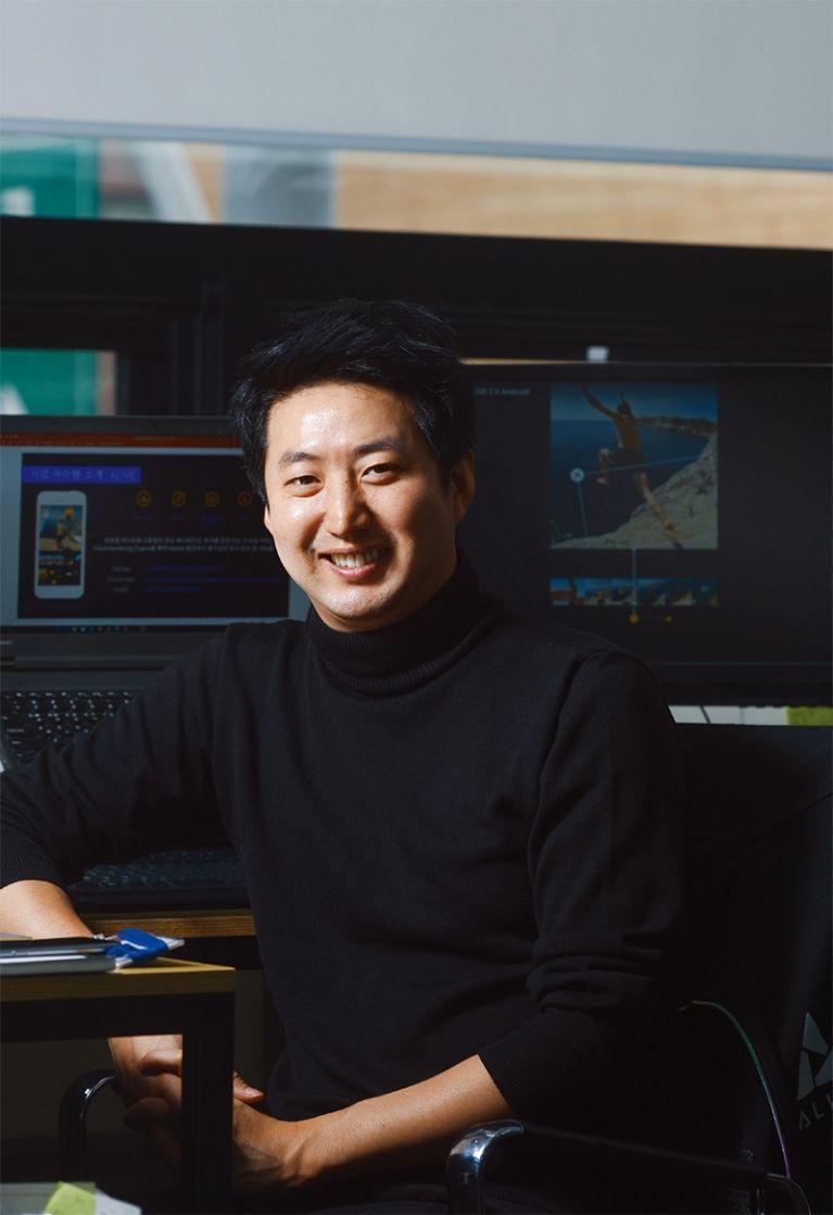 서울 역삼동에 있는 매버릭 사무실에서 만난 오주현 대표가 얼라이브 서비스가 어떻게 구동이 되는지 설명하고 있다.