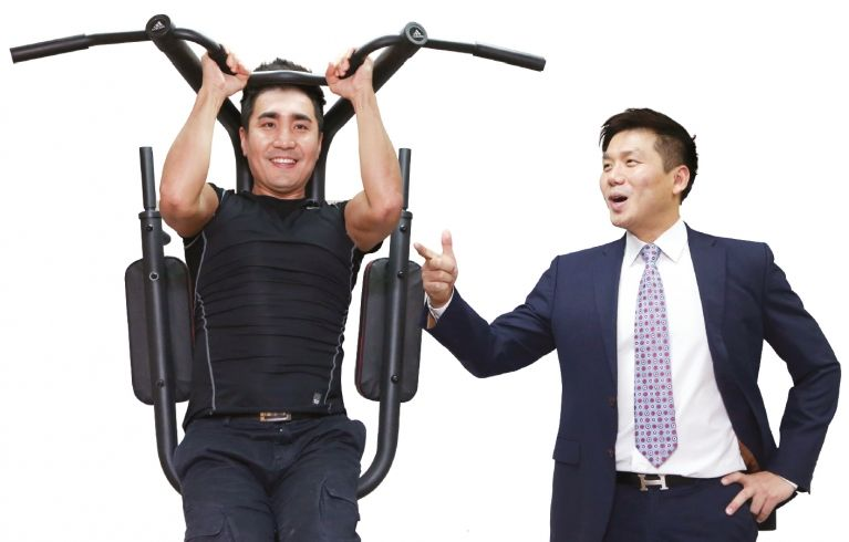 운동 기구에 매달린 강영준(왼쪽) 공동대표와 이를 바라보고 있는 김혁 공동대표. [사진 최정동 기자]