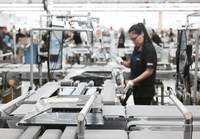헝가리 야스페니사루에 있는 삼성전자 헝가리법인 생산 공장에서 현지 직원이 유럽 전역에 수출하는 TV를 조립하고 있다. [사진 삼성전자 제공]