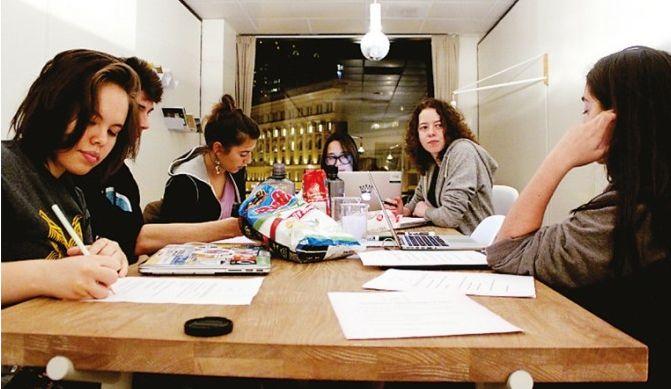 수업은 모두 온라인이지만 그룹 단위 과제도 많다. 한 지붕 밑에서 사는 학생 간의 협력도 중요한 학습 과정이다. [사진 동양경제]