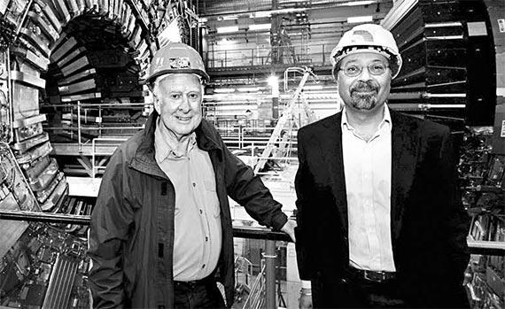 LHC의 검출기 'CMS' 앞에 선 물리학자 피터 힉스(왼쪽). 오른쪽은 CMS프로젝트 대변인이다. [사진 김영사]