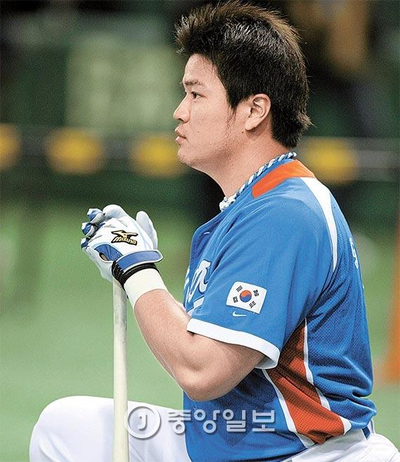 메이저리거 추신수는 오는 3월 한국에서 처음 열리는 2017 월드베이스볼클래식(WBC)에 뛰고 싶어한다. 사진은 2009년 일본 도쿄돔에서 열린 WBC 1라운드에 앞서 훈련을 하고 있는 추신수. [중앙포토]