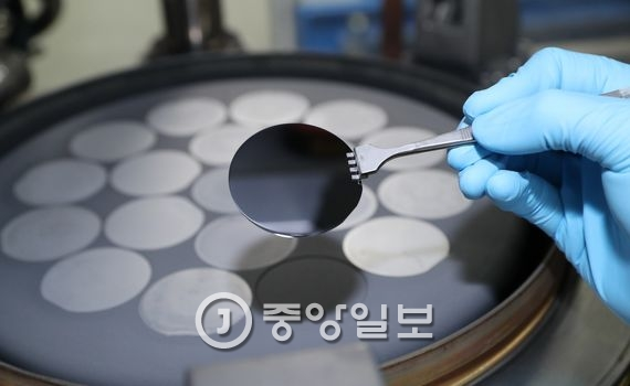 종이로 된 반도체 광소자에 혈액 샘플을 떨어뜨리면 혈액이 종이기판에 만들어진 길을 따라 광소자에 도달해 건강상태를 측정한다.