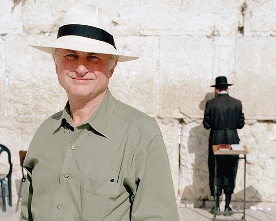 예루살렘 통곡의 벽 앞에 선 도킨스. 이곳에서 의무로 착용해야 하는 모자를 쓰고 있다. [사진 김영사]