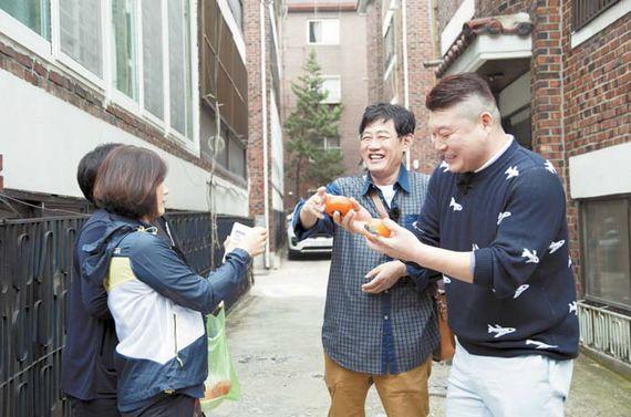 JTBC '한끼줍쇼'에서 처음 호흡을 맞추고 있는 이경규와 강호동(오른쪽). [사진 JTBC]