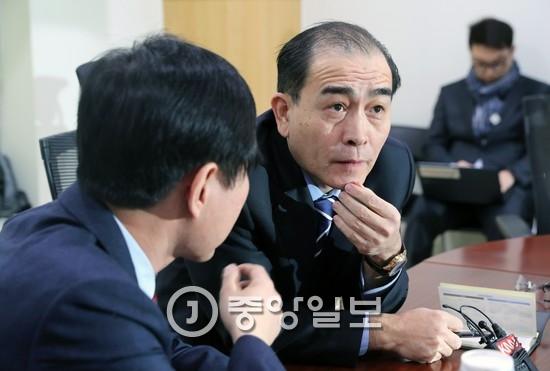 17일 국회에서 열린 좌담회에 참석해 하태경 바른정당 의원(왼쪽)과 이야기를 하고 있는 태영호 전 영국 주재 북한 공사 [중앙포토]