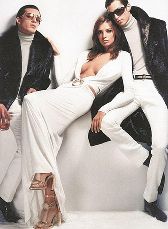 구찌 크리에이티브 디렉터로서 톰 포드가 선보인 마지막 컬렉션인 2004 F/W 의상. 언제나처럼 그의 디자인을 관통하는 컨셉트는 '섹시'였다.