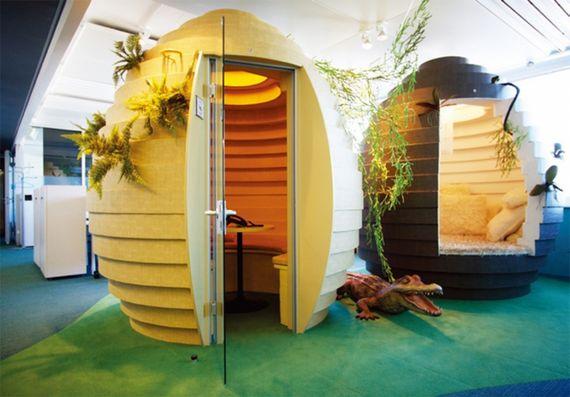스위스 취리히 소재의 구글 오피스 내에는 곳곳에 낮잠 캡슐(오른쪽)이 설치돼 있다.