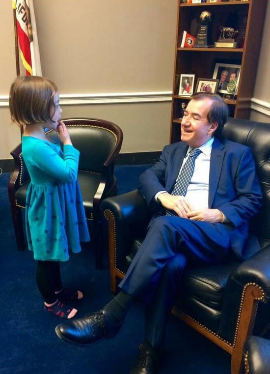 에드 로이스 미 하원 외교위원장이 어린이와 대화하는 모습 [사진 로이스 페이스북]