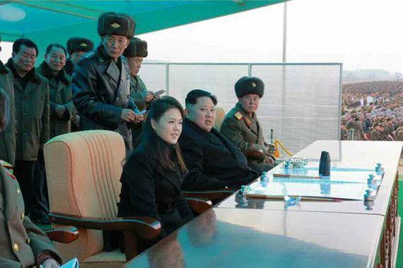 김정은 북한 노동당 위원장과 부인 이설주가 지난 해 12월 북한군 항공 및 반항공군 전투비행술 경기대회를 참관하고 있다. [노동신문]