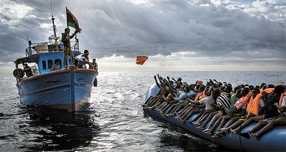 [사진] '리비아 어부와 난민' 올해의 보도사진