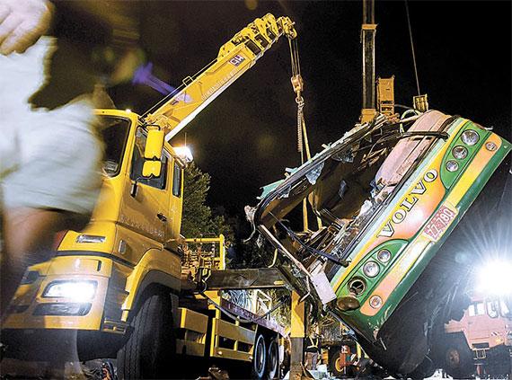 [사진] 대만 벚꽃 관광 버스 전복 사고 … 32명 사망