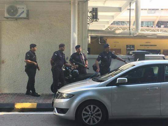 김정남이 피습 뒤 실려간 쿠알라룸프르의 한 병원에서 현지 군인들이 경계를 서고 있다. 쿠알라룸푸르=신경진 특파원