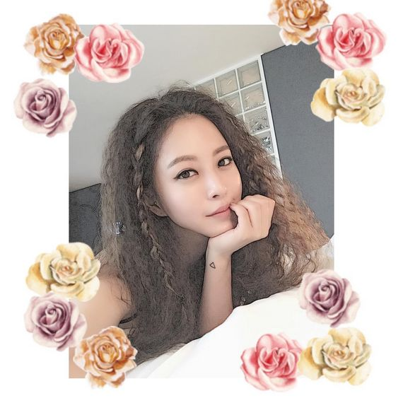작게 땋은 머리를 더해 로맨틱한 느낌의 히피펌을 선보인 한예슬[사진 한예슬 인스타그램 @han_ye_seul]