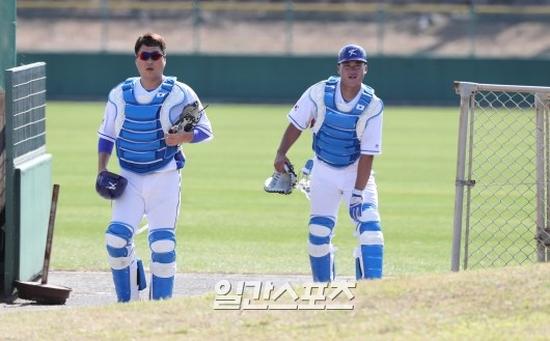 WBC 한국 대표팀의 포수 양의지(왼쪽)와 김태군.