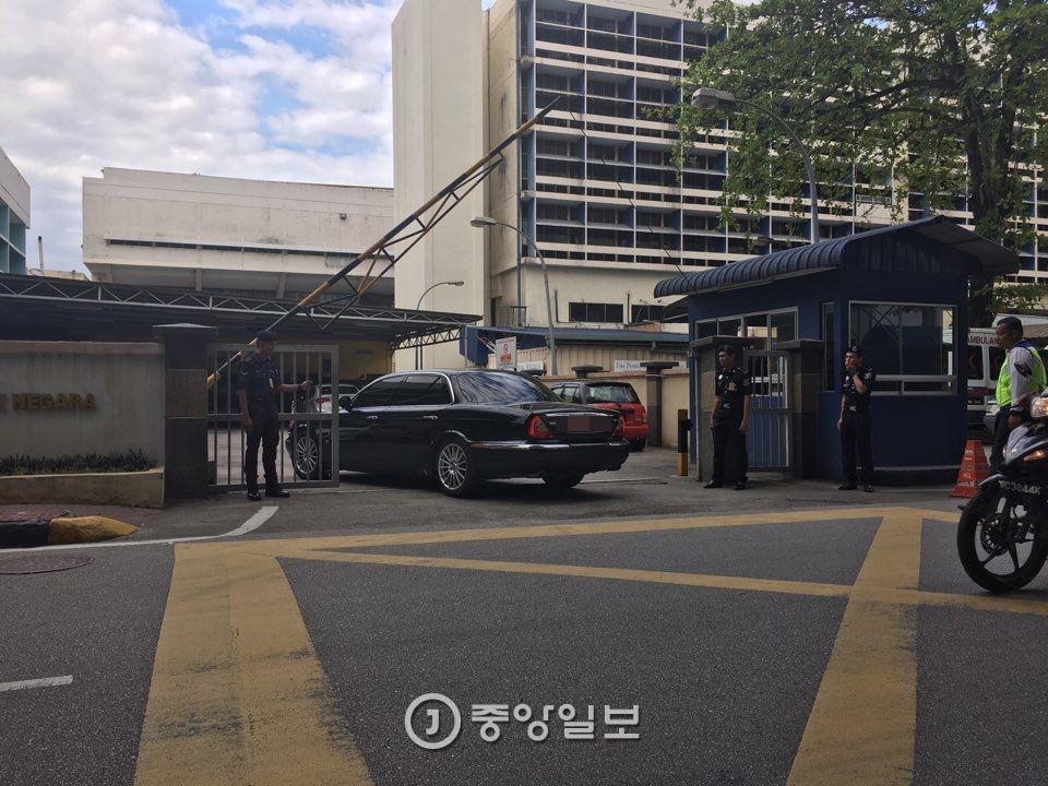 지난 15일 김정남 시신 부검이 진행된 쿠알라룸푸르 병원 안으로 강철 주말레이시아 북한대사의 재규어 차량이 들어가고 있다. [쿠알라룸푸르=신경진 특파원]
