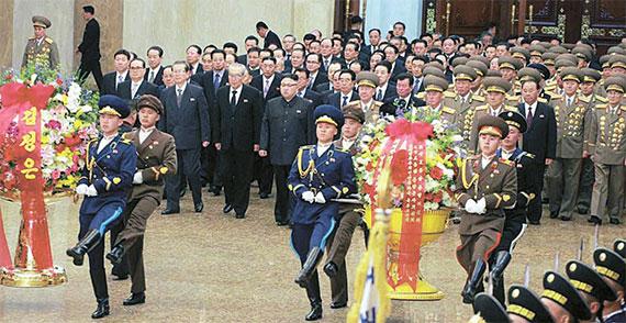 [사진] 김정일 생일 참배