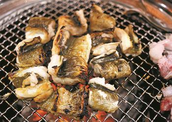 [식객의 맛집] 백탄 두 번 구운 참숯 위에서 익는 장어…부산 스타일 쪽파무침과 멋진 조화